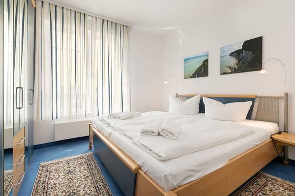 Hier der Blick in das Schlafzimmer mit großem Kleiderschrank und Doppelbett.