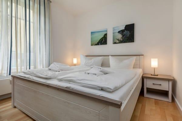 Hier der Blick in das 2019 neu möblierte Schlafzimmer mit großem Kleiderschrank und Doppelbett.