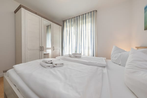 Alle Fenster in der Wohnung können mit InnenRollos abgedunkelt werden.