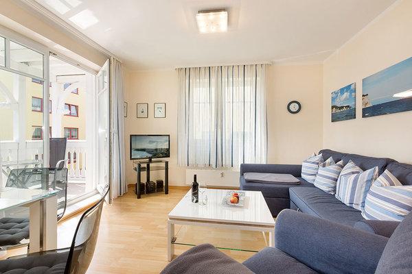 Hier der Blick in das große helle Wohnzimmer mit Austritt zum Balkon.