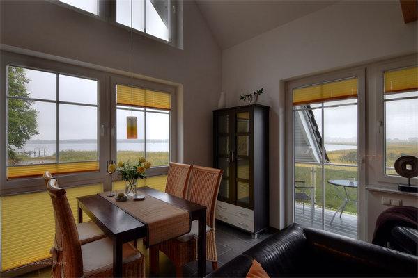 Wohn-Essbereich mit Ausgang auf Ihren Balkon. Von hier aus geniessen Sie faszinierende Ausblicke auf den alten Fischerhafen, den Zickersee und die Ostsee/Greifswalder Bodden.