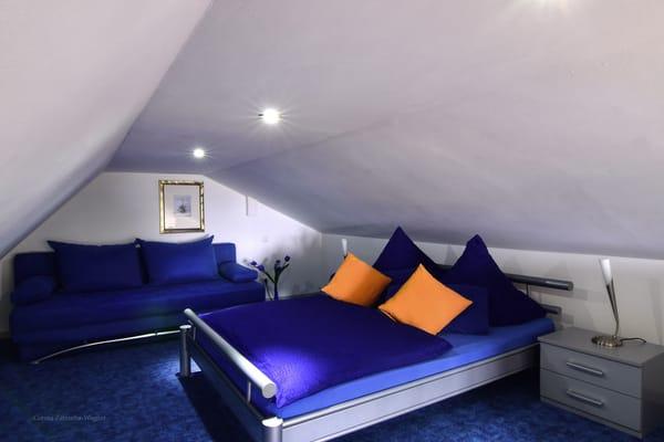 Die offene Schlafempore mit Dachschraegen, Bett: 1,40 x 2 m, Stehhoehe: 1,55 m. Die Erstausstattung mit Bettwaesche ist inklusive.