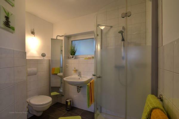 Ihr Badezimmer ist mit einer Dusche ausgestattet. Die Erstausstattung mit Handtuecher und Badetuecher ist inklusive.