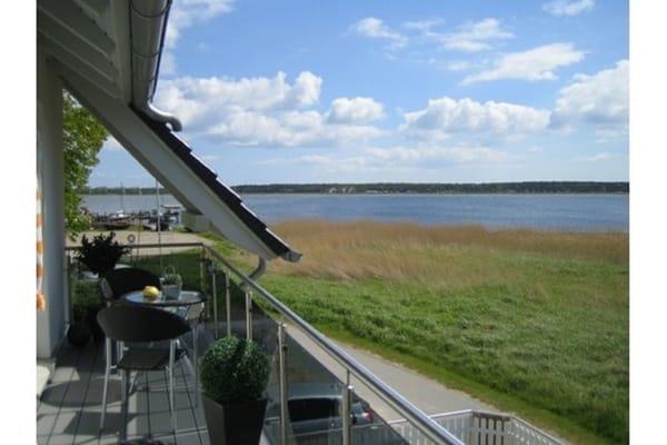 Diesen Blick auf den alten Fischerhafen, den Zickersee und den Lotsenberg, geniessen Sie von Ihrem Balkon aus.