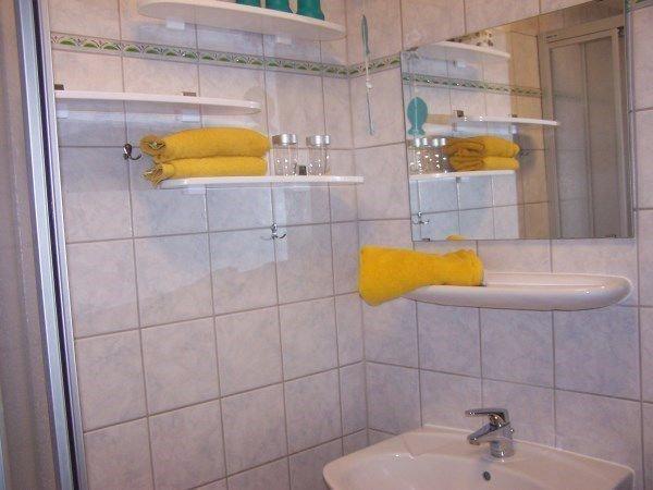 Duschbad mit vielen Ablagen für ihre Utensilien