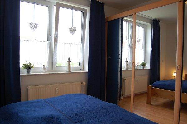 Das helle und geräumige Schlafzimme verfügt über einen großen Schlafzimmerschrank für ihre Garderobe..