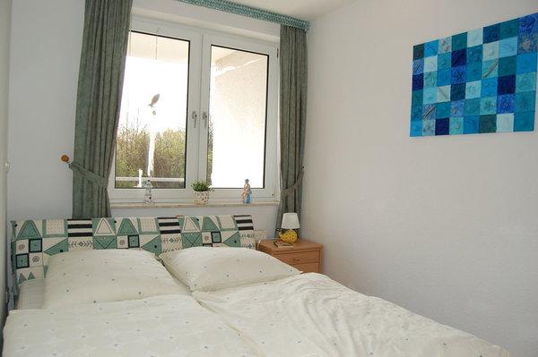 Das zweite Schlafzimmer mit Blick ins Grüne.