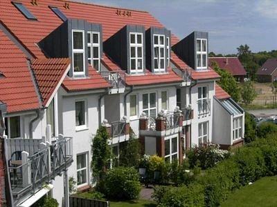 Die Appartementanlage liegt im Grünen und an einer  Spielstraße gelegen.