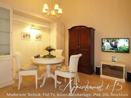 Das Appartement Nr. 1b, welches über einen separaten Eingang begehbar ist, verfügt über einen kombinierten Wohn- und Schlafraum und eine zweite komplett ausgestattete Einbauküche.