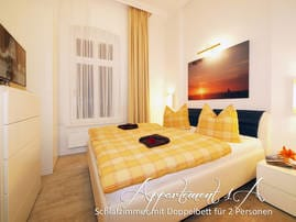 Im App. 1 a wartet ein separates Schlafzimmer mit Doppelbett der Marke RUF auf Sie. Das formschöne Sofa im Wohnzimmer bietet 2 weiteren Gästen eine komfortable Schlafgelegenheit.
