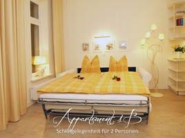 Für einen angenehmen Schlafkomfort sorgt die komfortable Schlafcouch(180x200) im Wohnbereich. Die Vorhänge bieten eine ausreichende Verdunklungsmöglichkeit.
