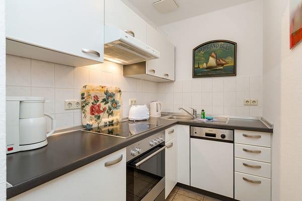 Die Küchenzeile ist komplett ausgestattet mit Geschirrspüler, Backofen etc.