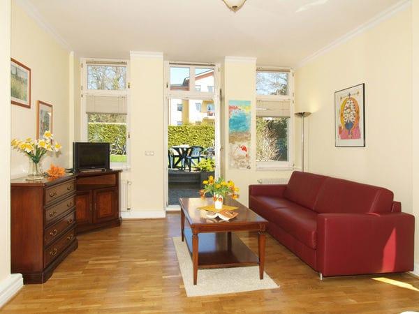 großes Wohnzimmer mit Zugang zur Terrasse, Couch mit Schlaffunktion für 2 Personen