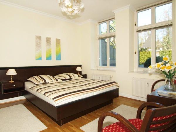 Schlafzimmer mit Doppelbett und Platz für Kinderreisebett