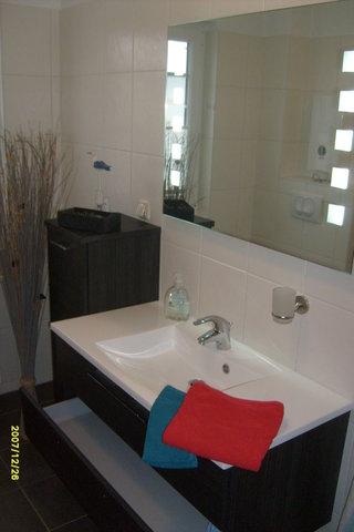 6 m² großes Tageslichtbad mit komfortablen Waschbereich und Dusche