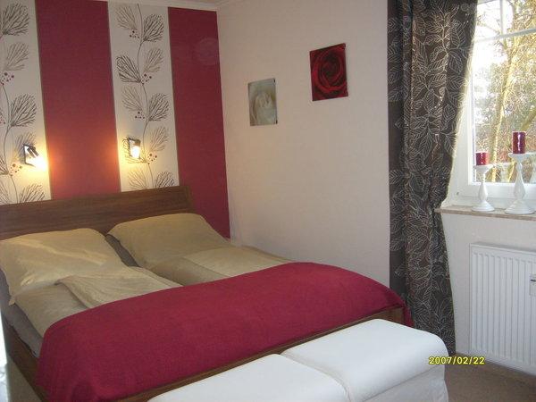 Schlafzimmer mit komfortablen Doppelbett