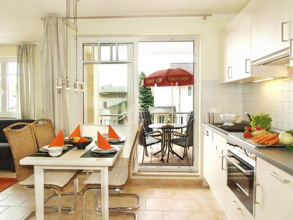 moderne Küchenzeile mit Eßplatz und Zugang zum Balkon