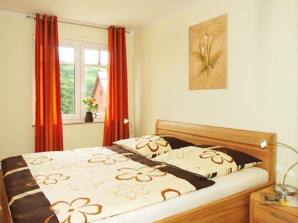 Schlafzimmer mit Doppelbett, kein Platz für Kinderreisebett