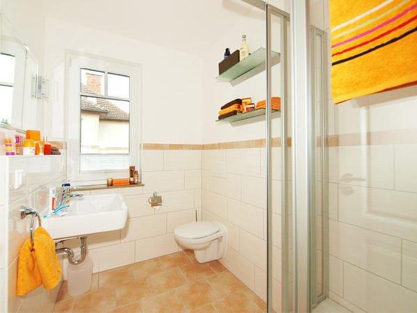 großzügiges Duschbad mit Fenster