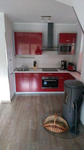 Küchenzeile und Echtholzkamin