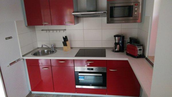 Küchenzeile mit Backofen und Mikrowelle