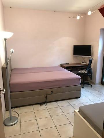 Wohn-/ Schlafzimmer mit Internet und TV
