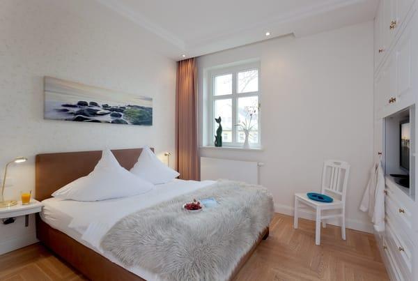 Das zweite Schlafzimmer verfügt ebenfalls über ein komfortables Doppelbett ...