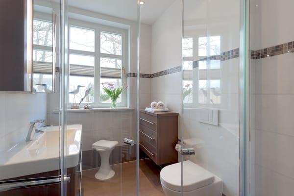 Das moderne und helle Badezimmer mit Fenster ist ...