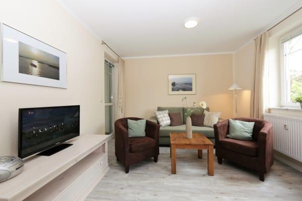 Wohnbereich mit Couch und Schlaffunktion für 1 Person