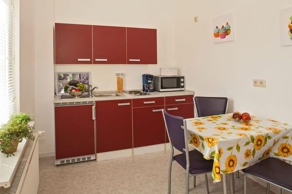 Vollausgestattete Küchenzeile mit Esstisch