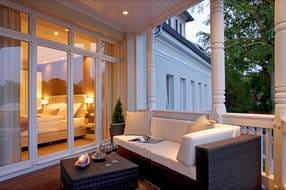 Der Balkon  ist mit einem Esstisch und einer Loungeecke ausgestattet. Erholung Pur zu jeder Jahreszeit!