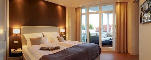 Das Schlafzimmer überzeugt mit einem komfortablem Boxspringbett und Flat-TV. Das Kopfteil ist ein echter Blickfang. Eine indirekte stimmungsvolle Beleuchtung liefert dem Schlafzimmer Sphäre.