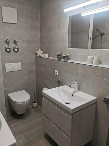 Badezimmer mit Badewanne, WC