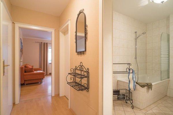 Flur Blickrichtung Schlafzimmer. Rechts vor dem Schlafzimmer steht Ihnen großzügig geschnitten ein Abstellraum zur Verfügung.