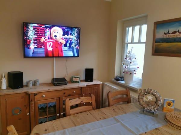 Wohnzimmer ausgestattet mit Flat TV an der Wand angebracht.