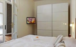 Das Schlafzimmer ist mit einem Boxspringbett ausgestattet. Im Wohnraum befindet sich ein Schrankbett, dass sich im Handumdrehen in eine Schlafstätte für die 3./4. Person umwandeln lässt.