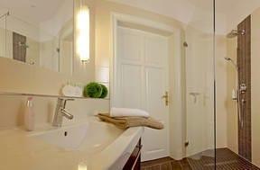 Das großzügige Badezimmer ist mit einer ebenerdigen XXL Echtglas-Dusche ausgestattet.