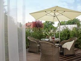 In der Sonne sitzen und mit der Familie oder Freunden die kostbare Zeit draußen genießen - Ihre Privatterasse macht es möglich.