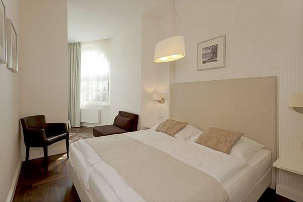 Beide Schlafzimmer sind mit einem komfortablen Boxspringbett ausgestattet.