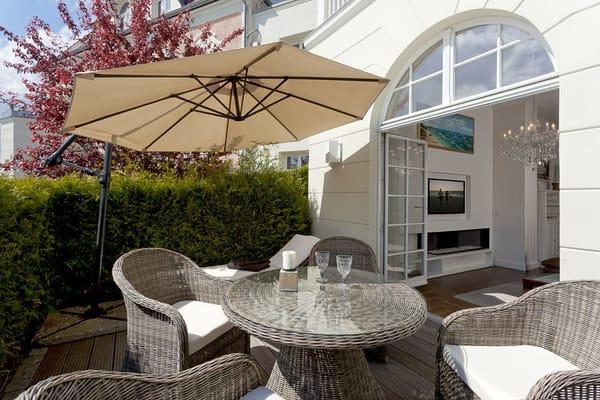 Die vom Wohnbereich abgehende Terrasse zur Sonnenseite ist ein ideales Plätzchen für entspannte Stunden oder das Dinner mit der Familie.