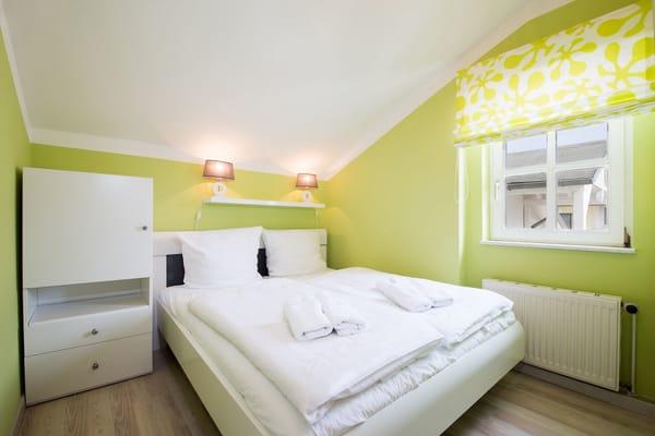 Hier sehen Sie das Kinderschlafzimmer (mit Dachschräge).