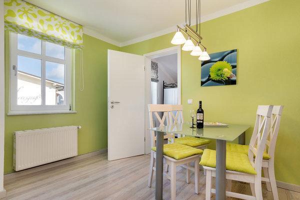 Die separate Küche bietet einen komfortablen Eßplatz ...