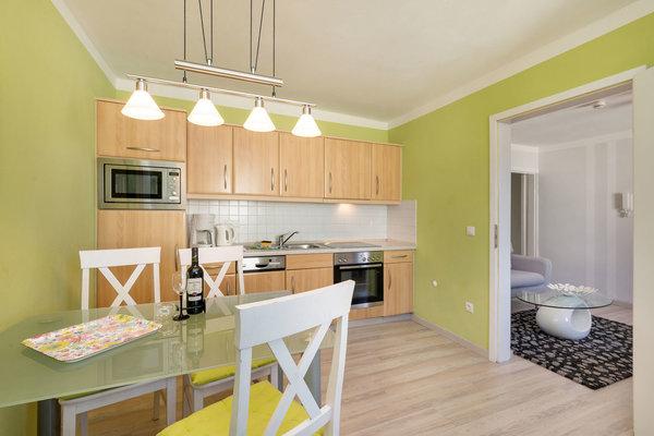 ... und eine komplett ausgestattete Küchenzeile ...