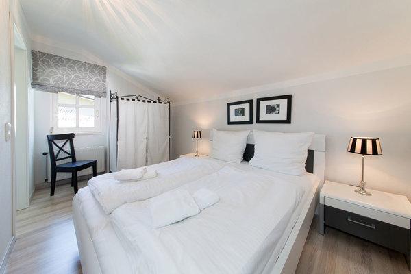Hier der Blick in das Elternschlafzimmer (mit Dachschräge).