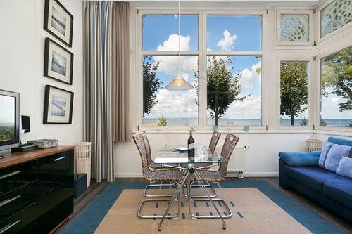 Die helle Loggia mit wunderbarem Panoramameerblick über die Binzer Bucht ...