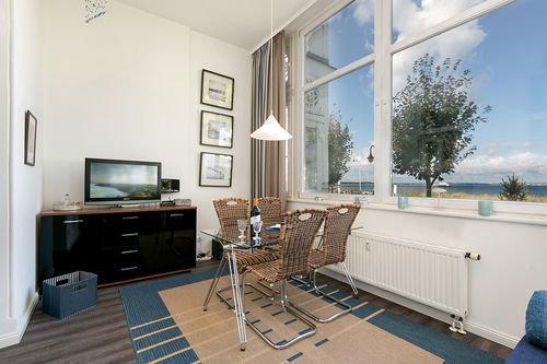 In der Loggia finden Sie den Wohnbereich mit großem Flachbild-TV, Radio und Eßplatz. Etwaige Aufbettungen erfolgen auf der Couch.
