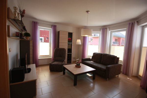 Wohnzimmer mit Sofa und Sessel