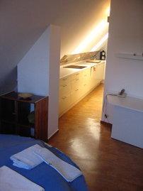 Schlafbereich mit Blick in Küche