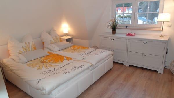 Traumhafte Schlafzimmer mit LCD-TV im Obergeschoß