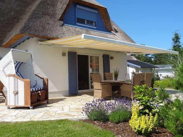 Gemütliche Terrasse unter Sonnenmarkise - ein Traum zur Erholung vom Frühstück bis spät in die lauen Sommernächte
